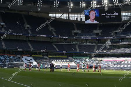 Image libre de droits de a minute silence for Jack Charlton before the Tottenham Hotspur vs Arsenal Premier League Football match at the Tottenham Hotspur Stadium on 12th July 2020