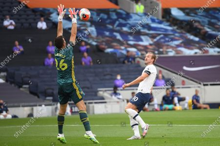 Harry Kane (R) of Tottenham in action against Arsenal goalkeeper Emiliano Martinez (L) during the English Premier League soccer match between Tottenham Hotspur and Arsenal FC in London, Britain, 12 July 2020.