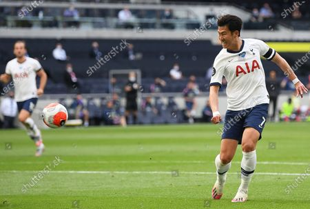Son Heung-min (R) of Tottenham scores the 1-1 equalizer during the English Premier League soccer match between Tottenham Hotspur and Arsenal FC in London, Britain, 12 July 2020.
