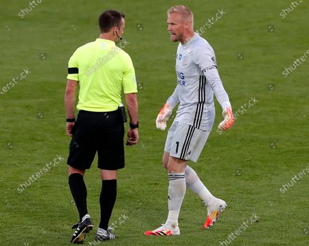 Leicester goalkeeper Kasper Schmeichel (R) talks to referee Stuart Attwell (L) during the English Premier League match between AFC Bournemouth and Leicester City in Bournemouth, Britain, 12 July 2020.