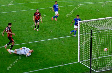 Bournemouth's Dominic Solanke (L) scores for a 4-1 lead during the English Premier League match between AFC Bournemouth and Leicester City in Bournemouth, Britain, 12 July 2020.