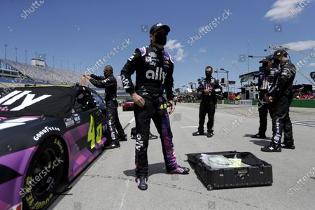 Jimmie Johnson (48) waits for the start of a NASCAR Cup Series auto race, in Sparta, Ky
