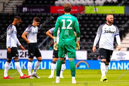 Photo libre de droits de Wayne Rooney of Derby County and his teammates warm up moments before kick off
