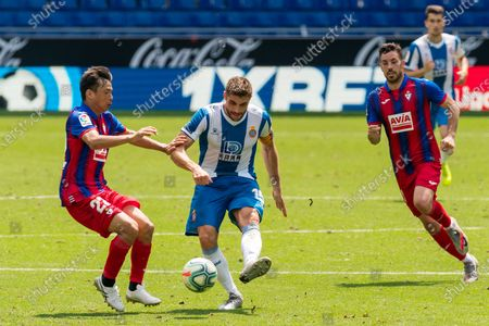 RCD Espanyol's David Lopez (C) vies with Eibar's Inui Takashi (L) during a Spanish league football match between RCD Espanyol and SD Eibar in Barcelona, Spain, July 12, 2020