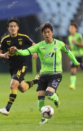 Stock Image of Jeonbuk's Lee Seung-gi (R) in action during the South Korean K-League soccer match between Jeonbuk Hyundai Motors and Jeonnam Dragons in Jeonju, South Korea, 15 July 2020.