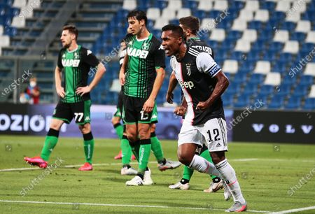 Juventus' Alex Sandro (R) celebrates after scoring the 3-3 equalizer during the Italian Serie A soccer match between US Sassuolo Calcio and Juventus FC in Reggio Emilia, Italy, 15 July 2020.