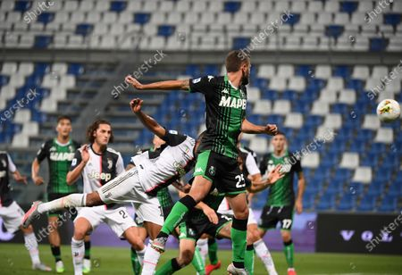 Juventus' Alex Sandro (front L) heads for the ball and scores during a Serie A football match between Sassuolo and Juventus in Reggio Emilia, Italy, July 15, 2020.