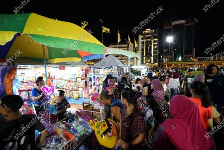 People visit a night market set up to celebrate the 74th birthday of Brunei's Sultan Haji Hassanal Bolkiah in Bandar Seri Begawan, capital of Brunei, July 15, 2020.   Brunei has seen no new COVID-19 cases for 69 days as of Wednesday, and the 74th birthday celebrations of the country's Sultan Haji Hassanal Bolkiah began on Wednesday as scheduled.