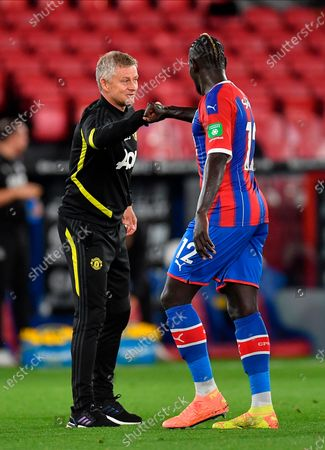 Manchester United manager Ole Gunnar Solskjaer (L) fist bumps Crystal Palace's Mamadou Sakho (R) after the English Premier League match between Crystal Palace and Manchester United in London, Britain, 16 July 2020.