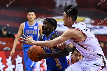 Ty Lawson (L) of Fujian Sturgeons competes during a match between Liaoning Flying Leopards and Fujian Sturgeons at the 2019-2020 Chinese Basketball Association (CBA) league in Qingdao, east China's Shandong Province, July 17, 2020.