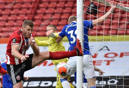 Jack O'Connell (L) of Sheffield tries to connect with the ball in front of the Everton goal during the English Premier League match between Sheffield United and Everton in Sheffield, Britain, 20 July 2020.