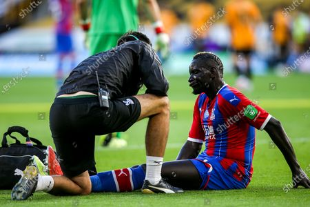 Mamadou Sakho of Crystal Palace cuts a dejected figure after picking up an injury- Mandatory by-line: Robbie Stephenson/JMP