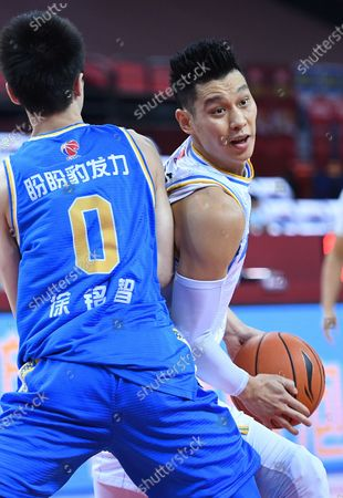 Jeremy Lin (R) of Beijing Ducks breaks through during a match between Beijing Ducks and Fujian Sturgeons at the 2019-2020 Chinese Basketball Association (CBA) league in Qingdao, east China's Shandong Province, July 22, 2020.