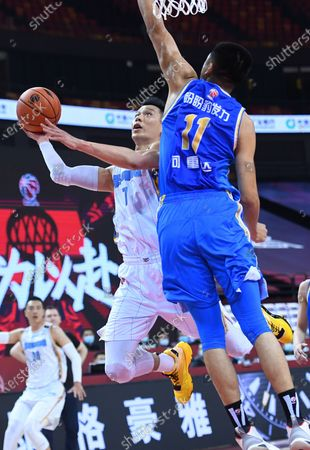Jeremy Lin (L, front) of Beijing Ducks goes up for a basket during a match between Beijing Ducks and Fujian Sturgeons at the 2019-2020 Chinese Basketball Association (CBA) league in Qingdao, east China's Shandong Province, July 22, 2020.