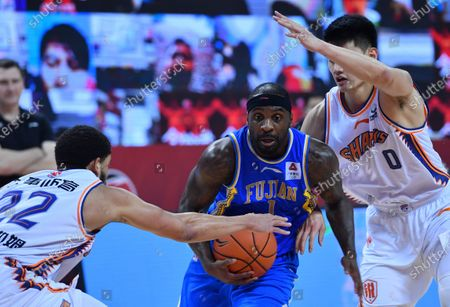 Ty Lawson (C) of Fujian Sturgeons competes during a match between Fujian Sturgeons and Shanghai Sharks at the 2019-2020 Chinese Basketball Association (CBA) league in Qingdao, east China's Shandong Province, July 24, 2020.