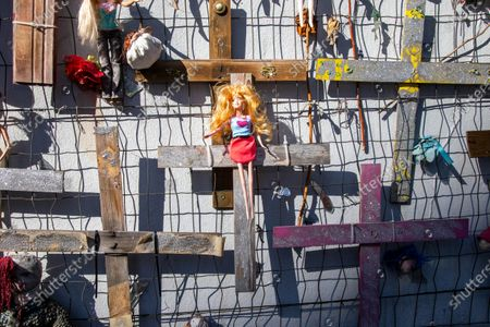 Wall of Dolls, the singer DJ fashion journalist Jo Squillo, has called a sit-in for the serious news story in recent days regarding the fact that some fools have set fire to the dolls hanging on the wall of the association.