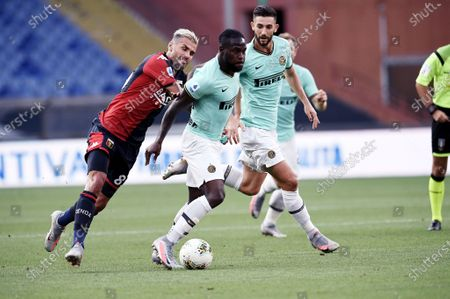 Victor Moses of FC Inter in action against Valon Behrami of Genoa CFC  during Genoa vs FC Internazionale, italian Serie A soccer match