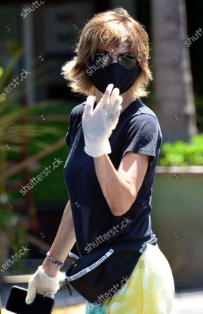 Exclusive - Lisa Rinna wears a mask while out in Beverly Hills
