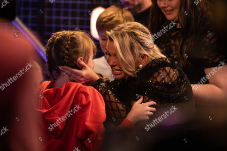 Heidi performs. will.i.am, Paloma and Danny turn. She chooses Team Paloma and the coaches go and meet her family, including mum Kerry Katona.