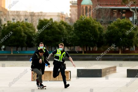 Police officers give chase to a skateboarder who refused to wear a facemask. They were met with a torrent of foul abuse and the man resisted arrest. The man was eventually arrested and later released. As sustained high numbers of new Coronavirus cases are being discovered, Metropolitan Melbourne and the Mitchell Shire remain under Stage 3 restrictions with facemasks being made mandatory on 23 July. 295 new cases were found overnight bringing the states total active case numbers to 4,775.