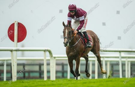 The Play The Tote Jackpot Novice Hurdle (Listed). Davy Russell onboard The Very Man on the way to winning