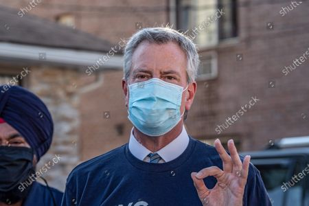Stock Photo of Mayor Bill de Blasio wearing a face mask while talking to the press about the importance of the US Census in Queens borough, New York City. Mayor Bill de Blasio and NYC Census 2020 Director Julie Menin go door-knocking to encourage New Yorkers to complete the census in South Richmond Hill, Queens.