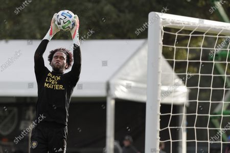Orlando City goalkeeper Pedro Gallese (1) catches a corner kick prior to a game agains Los Angeles FC, in Orlando, Fla