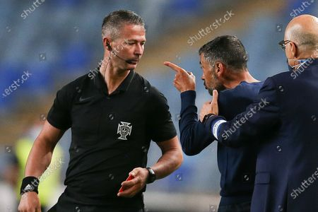 FC Porto's head coach Sergio Conceicao (C) argues with the referee Manuel Mota (L) reacts during their Portuguese Cup final soccer match against Benfica, held at Coimbra City stadium, Coimbra, Portugal, 1st August 2020.