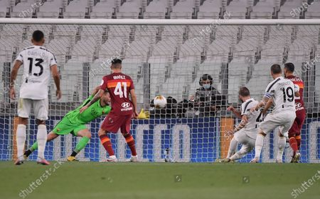 Gonzalo Higuain (3rd R) of FC Juventus scores his goal during the Serie A football match between FC Juventus and Roma in Turin, Italy, Aug 1, 2020.