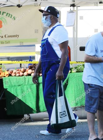 David Alan Grier shops at the Hollywood Farmer's Market
