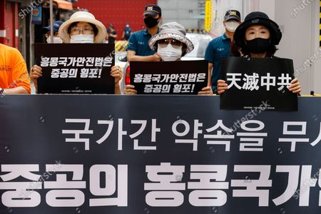 South Korean protester holds up banners during a protest near the Chinese embassy in Seoul, South Korea, 04 August 2020. Protesters gathered to support Hong Kong demonstrators protesting against the National Security Law of the Chinese government. Stok Görsel