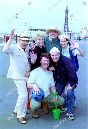 Ep 4855 Wednesday 12th July 2000 Malcolm Hebden as Norris Cole, Liz Dawn as Vera Duckworth, Ian Mercer as Gary Mallett, William Tarmey as Jack Duckworth, Alan Halsall as Tyrone Dobbs and Samia Longchambon as Maria Sutherland.