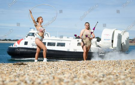 Stockfoto von Circus Artists Carina and Nia perform on the Southsea waterfront