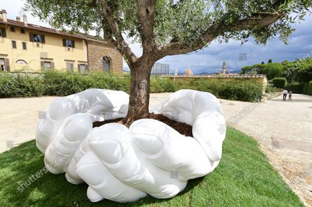The artwork ' Give ' by Lorenzo Quinn to the Boboli Gardens
