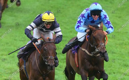 Wexford PEACHES AND CREAM & Jonathan Moore (left) turn into the home straightt to win the Slaney Beginners Steeplechase from ROI DE DUBAI & Ben Harvey (right).