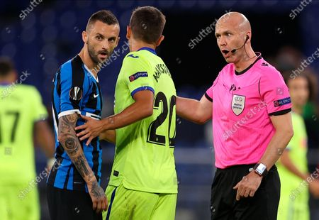 Referee Anthony Taylor (R) speaks to Getafe's Nemanja Maksimovic (C) and InterÕs Victor Moses (L) during the UEFA Europa League Round of 16 match between Inter Milan and Getafe at the stadium in Gelsenkirchen, Germany, 05 August 2020.