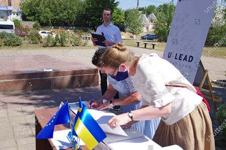 Sida Programme Director of U-LEAD with Europe Susanna Dellans (R) and head of the territorial community Inna Koba sign the memorandum of cooperation between the territorial community and the U-LEAD with Europe Programme on the construction of a centre for administrative services under a Swedish project, Novi Sanzhary urban-type settlement, Poltava Region, central Ukraine.