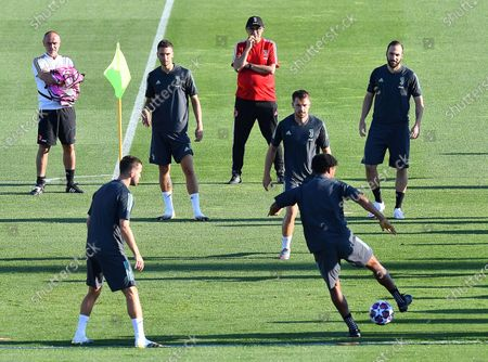 Juventus' head coach Maurizio Sarri (back C) leads his team's training session in Continassa, Turin, Italy, 06 August 2020. Juventus FC will face Olympique Lyon in their UEFA Champion League round of 16, second leg soccer match on 07 August 2020.