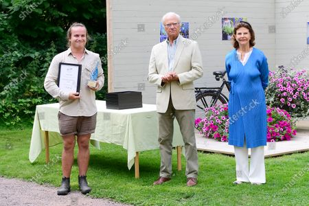 "King Carl Gustaf and Queen Silvia present the digital prize to Niclas Bernehagen for best ""Idea Gardens"" 2020 at Solliden Palace park"