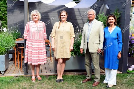 "King Carl Gustaf and Queen Silvia present the visitors prize to Lovisa Fogelström (centre) for best ""Idea Gardens"" 2020 at Solliden Palace park"