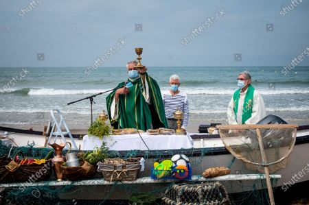 Every year, the parish of Saint-Vincent de Paul, in Lingreville (50) relocates to the town's beach for an open-air mass, dedicated to workers of the sea and the land and to the dead at sea and named mass of golden shells in reference to the shell, present in Cotentin. This year, the mask was compulsory and the ceremony was almost banned. Despite the restrictions, hundreds of worshipers attended the event.