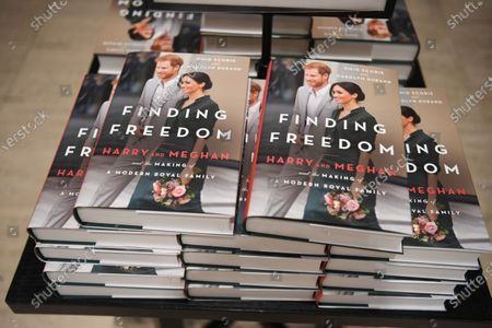 "ภาพสต็อกของ Copies of the book ""Finding Freedom:Harry and Meghan and the Making of a Modern family"" by Omid Scobie and Carolyn Durand are displayed for sale at a bookstore in London, Britain 11 August 2020. Finding Freedom is a biography of Prince Harry and Meghan Markle, the Duke and Duchess of Sussex promising reactions about Britain's Royal family. The book is released on 11 August 2020."
