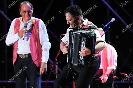 On the Prairie of the Portici Palace, the highly anticipated concert by Renzo Arbore accompanied by his Italian Apulian Orchestra by birth but Neapolitan by adoption, since 1992 he has been carrying out a project to enhance the Neapolitan classical song with his own personal way of understanding music.