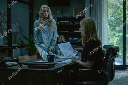 Sofia Hublitz as Charlotte Byrde and Laura Linney as Wendy Byrde