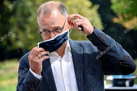 Werner Baumann, CEO of German pharmaceutical company Bayer AG, puts on a face mask at the company's headquarters in Leverkusen, Germany, 13 August 2020. While management is making progress in resolving the multi-billion dollar litigation over alleged cancer risks of glyphosate-containing weed killers, the Corona pandemic is now causing a jolt in day-to-day operations. At the same time, the agrochemical and pharmaceutical company is pressing ahead rapidly with the integration of the seed and crop protection group Monsanto, which was acquired in 2018, and is also generating new growth impetus in the pharmaceuticals business.