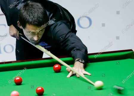 """Ronnie O'Sullivan of England aims a shot during an invitation match against Supoj Saenla of Thailand during the """"Euro-Asia Master Challenge 2007"""" in Hong Kong. Ronnie O'Sullivan became world snooker champion for the sixth time and at the age of 44 by beating fellow Englishman Kyren Wilson in the final on Sunday, Aug. 16, 2020. O'Sullivan moved to within one of the all-time record of world titles, held by Stephen Hendry, and tied the number won by Steve Davis and Ray Reardon"""