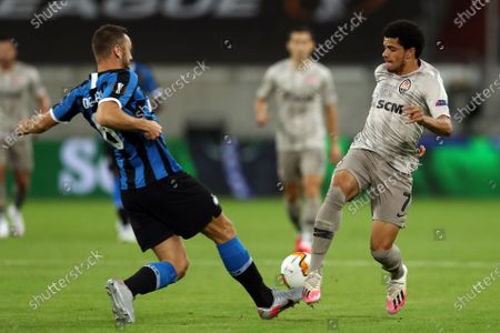 Stefan de Vrij of Inter in action against Taison of Shakhtar (R) during the UEFA Europa League semi final match between Inter Milan and Shakhtar Donetsk in Duesseldorf, Germany, 17 August 2020.