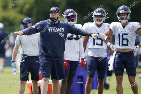 Tennessee Titans offensive coordinator Arthur Smith directs players during NFL football training camp, in Nashville, Tenn