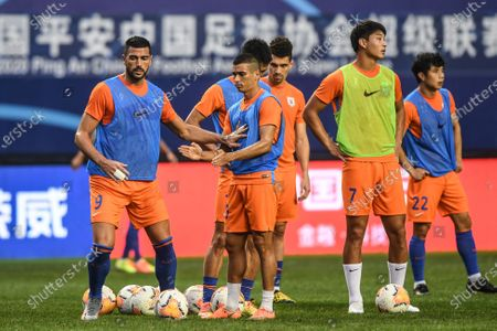Graziano Pelle (1st L) and Leonardo Rodrigues Pereira (2nd L) of Shandong Luneng warm up ahead of the 6th round match between Shandong Luneng and Henan Jianye at the postponed 2020 season Chinese Football Association Super League (CSL) Dalian Division in Dalian, northeast China's Liaoning Province, Aug. 19, 2020.