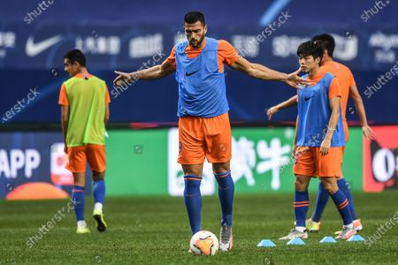 Graziano Pelle (C) of Shandong Luneng warms up ahead of the 6th round match between Shandong Luneng and Henan Jianye at the postponed 2020 season Chinese Football Association Super League (CSL) Dalian Division in Dalian, northeast China's Liaoning Province, Aug. 19, 2020.